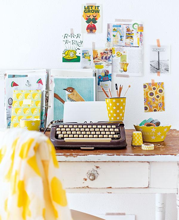 Využite washi pásky avyzdobte si nimi steny či nábytok, na steny nalepte obľúbené fotky, okolo urobte rámčeky zfarebných pások. Keď vás vaše dielo omrzí alebo budete mať chuť na iný dizajn, jednoducho ho odlepíte.