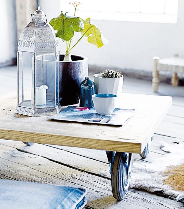 Supernízky stolík, pri ktorom si môžete vychutnávať čaj na orientálny spôsob, si vyrobíte zdosák (vhodné sú staré, trochu patiny neuškodí) aštyroch koliesok. Drevo trochu zbrúste, hrany zarovnajte aošetrite ochranným náterom.