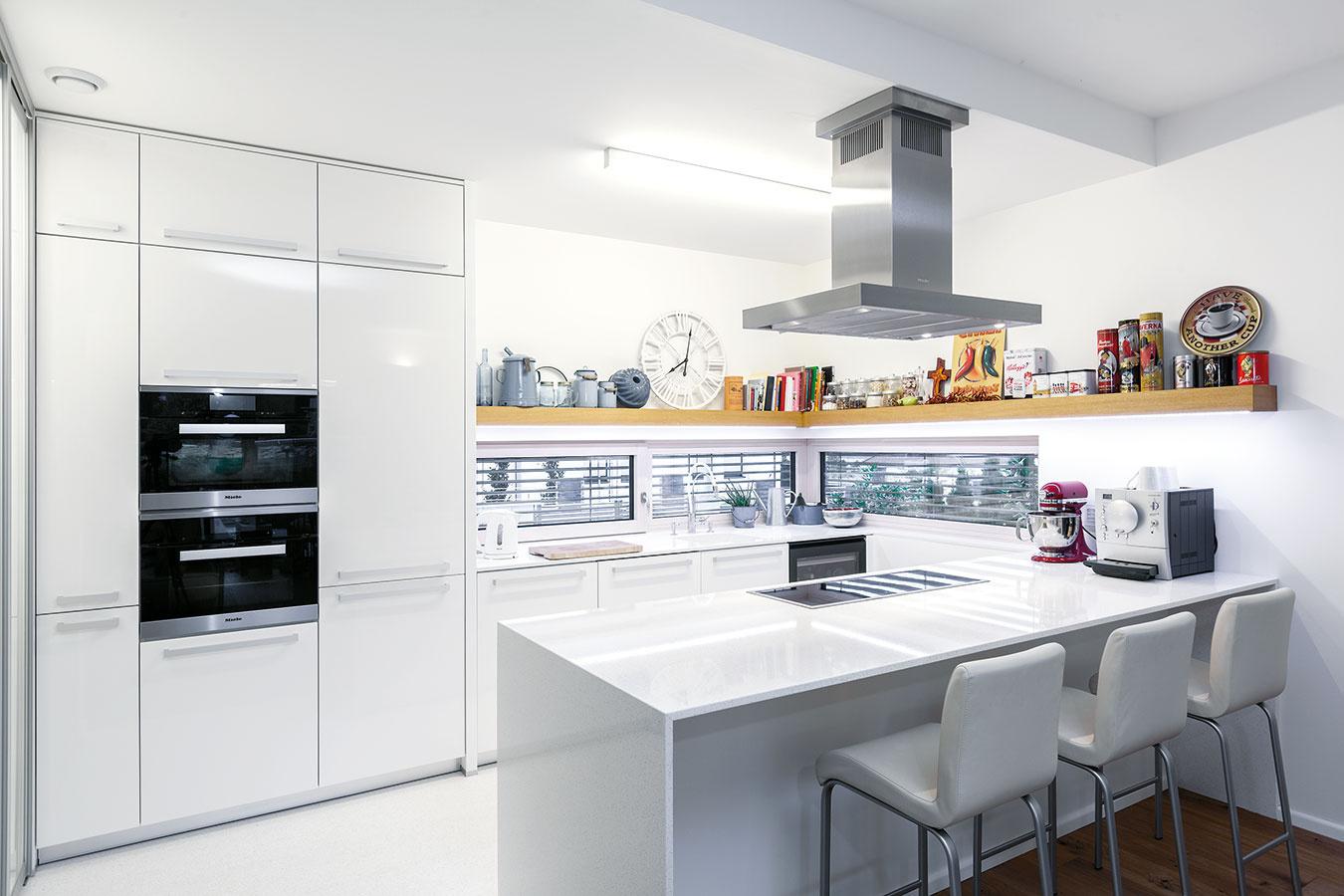 Osvedčená klasika. Takmer celé prízemie domu zaberá otvorený denný priestor skuchyňou, nadväzujúcou jedálňou aobývačkou.