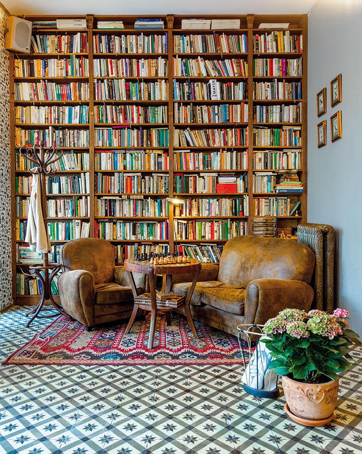 Knižnica vprednej časti sa preniesla zpôvodných priestorov. Keďže strop vnovej prevádzke je vyšší, musela sa nadrobiť. Knihy vnej sú putovné – po dohode spersonálom sa dajú vymeniť, prípadne podarovať.