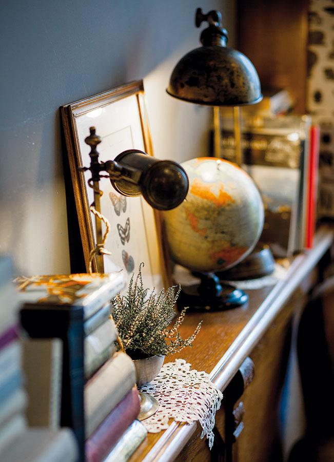 Svietidlá arôzne doplnky, ktoré dekorujú interiér, pochádzajú zrakúskych aslovenských búrz, ako aj zrôznych internetových aukcií. Časť dekorácií je priamo zdomovov majiteľov.