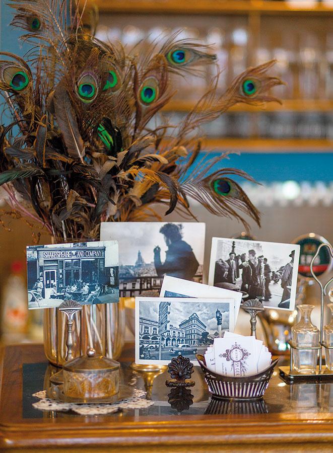 Staré čiernobiele fotografie vnesú do interiéru špecifický nádych minulosti. Vkusným spestrením sa môže stať váza, ktorú namiesto kvetov naplníte efektnými pávími perami.