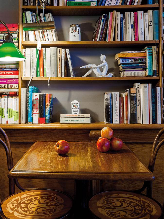 Na mieru vyrábaná knižnica vzadnej časti bistra sa stala domovom kníh, ktoré majiteľom podaroval starší manželský pár lekárov. Pomedzi ne sú umiestnené štýlové dekorácie.
