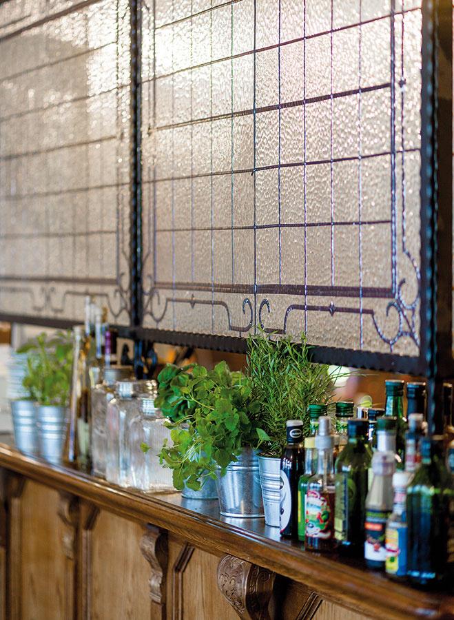 Vitráž, ktorá čiastočne oddeľuje bar akuchyňu od zvyšku podniku, vyrobila majiteľka sama. Tá sa podobne ako zvyšok nábytku prenášala zpôvodných priestorov. Jednu tabuľu však bolo treba ešte dorobiť.