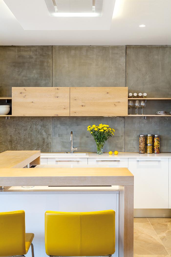 Hra kolmíc. Vodorovné a zvislé línie z rôznych materiálov vytvárajú v kuchyni pôsobivú priestorovú geometriu.