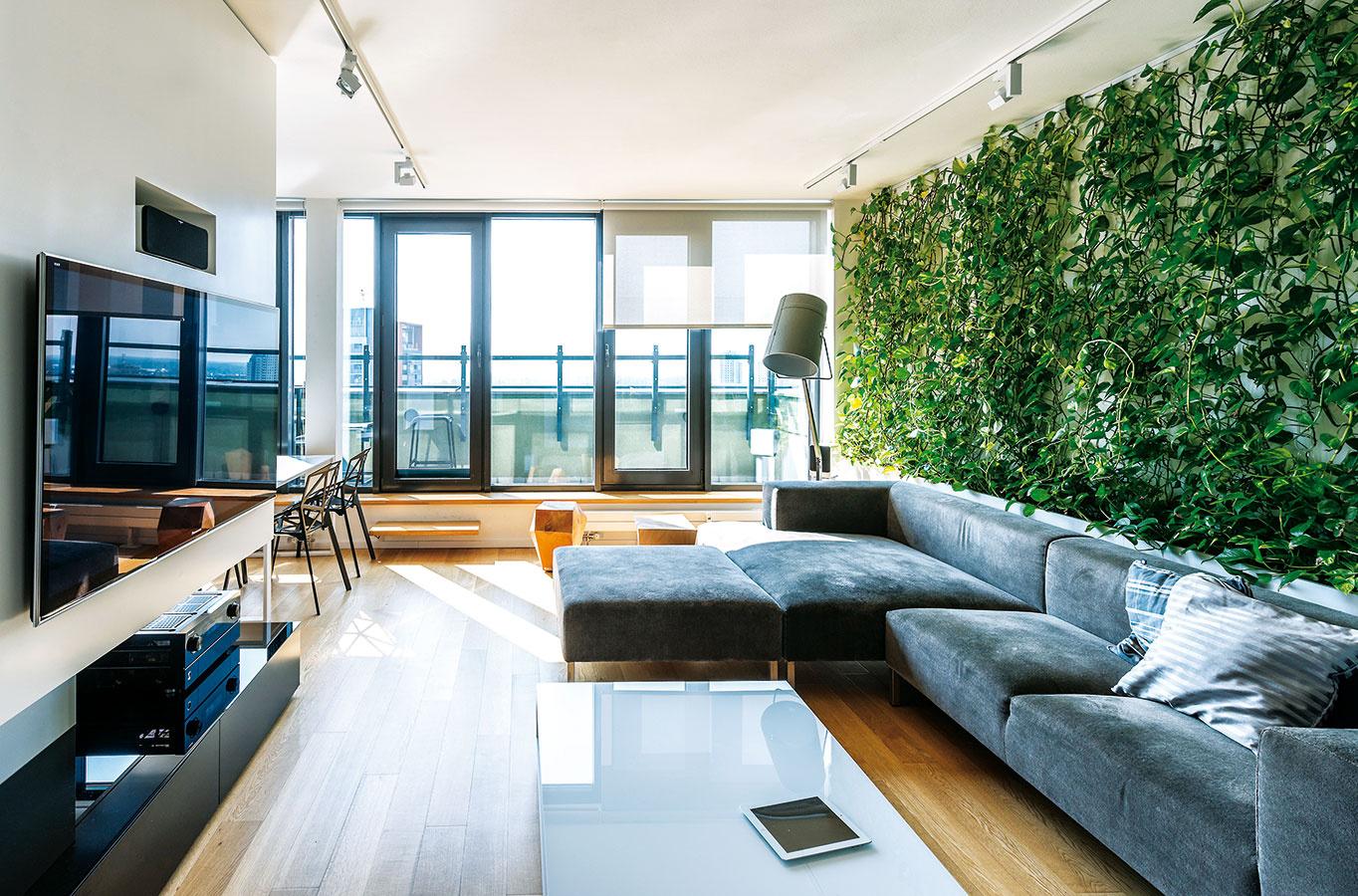 Elegantné apríjemné. Obývačke dominuje pohodlná sivá sedačka, ktorú decentne dopĺňa čierna stojaca lampa – jej  príjemné svetlo vnáša večer do priestoru útulnosť.
