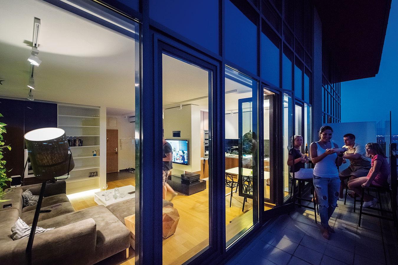 """Terasa – neterasa. Hoci terasa má slušnú rozlohu (11 m2), jej využitie komplikujú """"chodbovité"""" rozmery. Napriek tomu sa tu našlo miesto na barový stolík so stoličkami. Vpláne je drevený obklad, ktorý opticky spojí exteriér sinteriérom."""