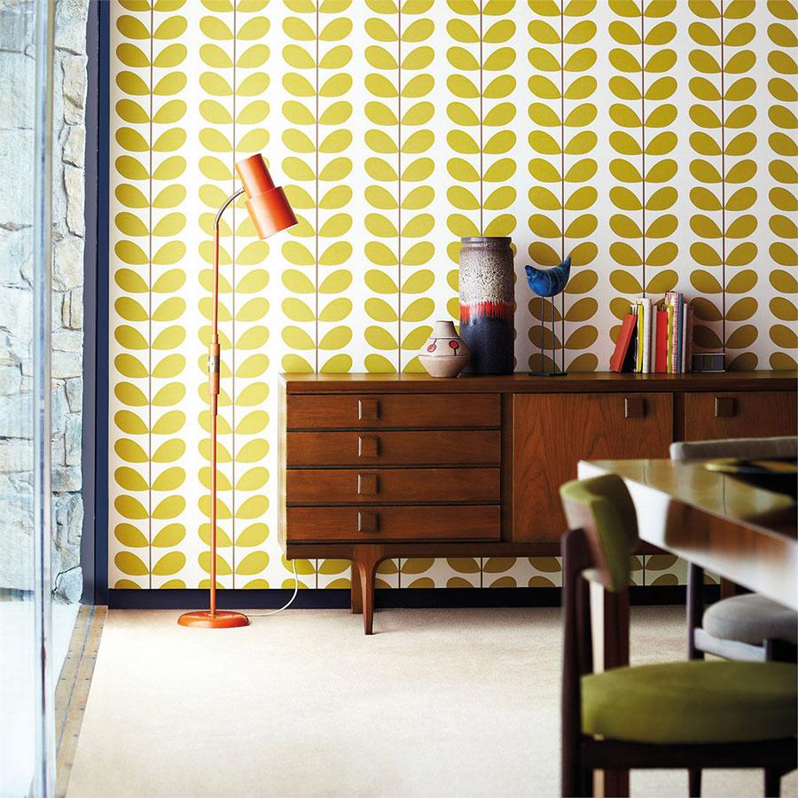 Usmievavé steny vyparádené veselými tapetami sflorálnymi alebo geometrickými vzormi sú jedným zpoznávacích znamení tejto doby. Tapety Classic Stem pre značku Harlequin navrhla dizajnérka Orly Kiely, nájdete ich vštúdiu CYMORKA interior design.