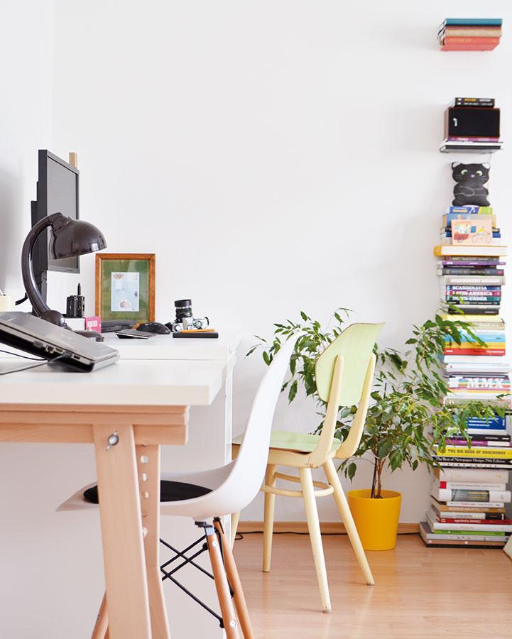 Decentne, no výrazne zmení jediná stolička, povedzme zo starej školy, neosobný pracovný kútik na tvorivé miesto. Pridajte drobnosť vpodobe stolnej lampičky apráca sa (možno) urobí sama. Podobné kúsky nájdete na www.designoza.sk.