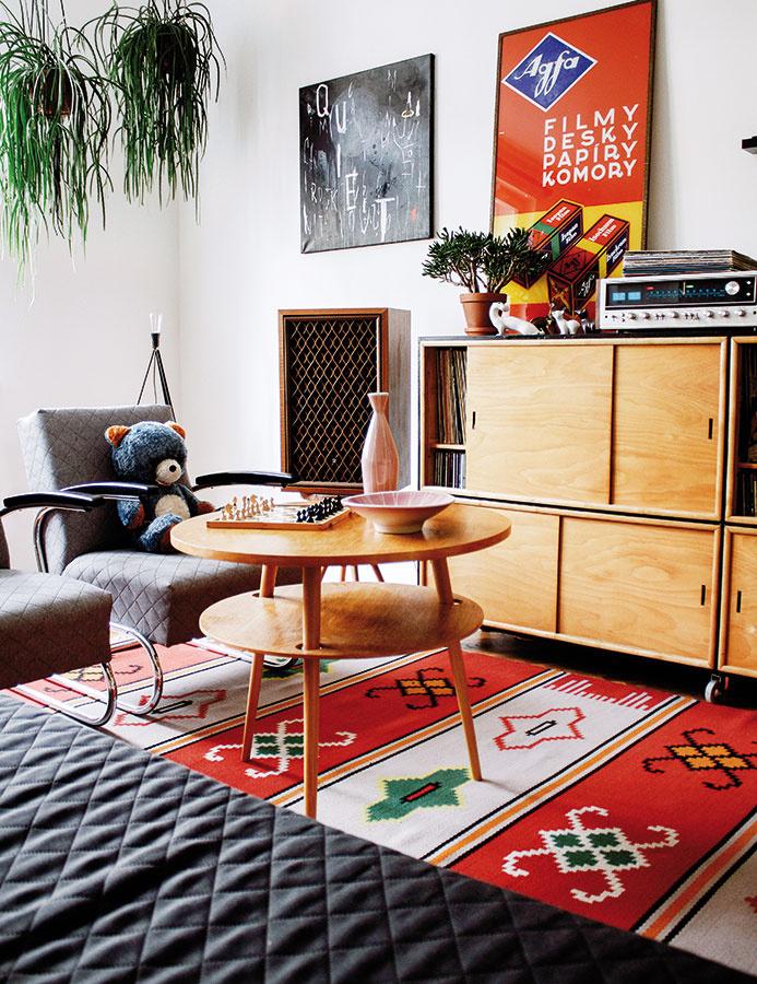 Drevo afarby sa viažu skôr kpočiatočným fázam retra. Minimalistické tvary nábytku boli pre ľudí po predošlej ornamentálnosti trochu šok, no oto viac by sme snimi mali byť vyrovnaní my dnes. Koceňovaným dokumentom tejto doby patrí aj grafický dizajn avýrazné, no vkusné plagáty.