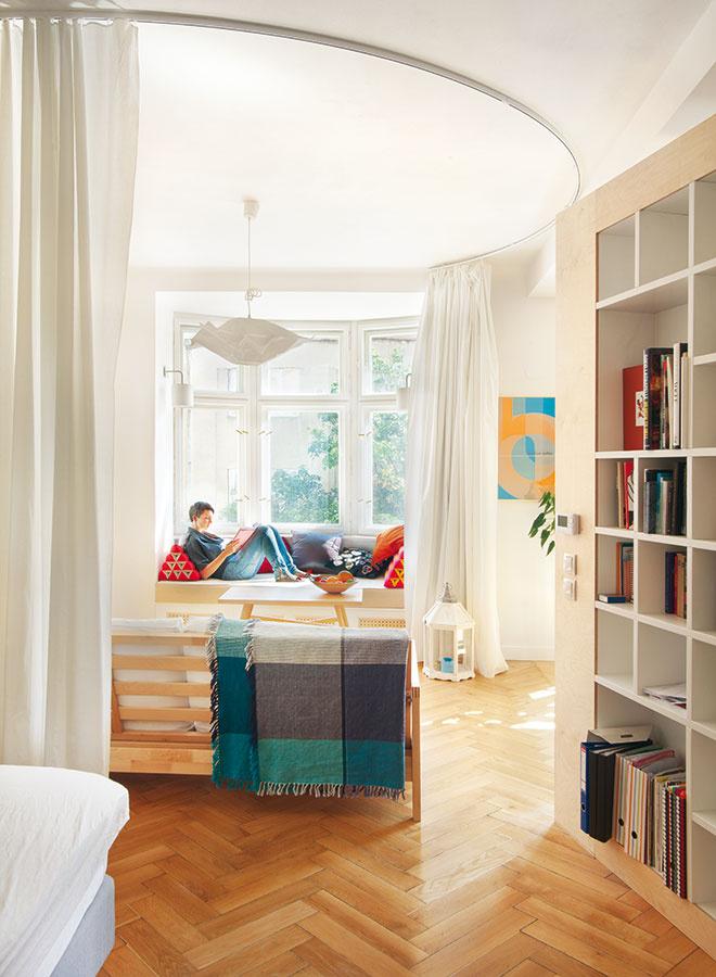 Aj samotné priestory zohrávajú dôležitú rolu pri výbere nábytku. Čím zložitejší interiér, tým jemnejší by mal byť nábytok, alebo by mal byť vmenšom počte. Potom celodrevené klasiky na štíhlych nohách znesú aj výraznejšie farebné doplnky vpodobe textílií.