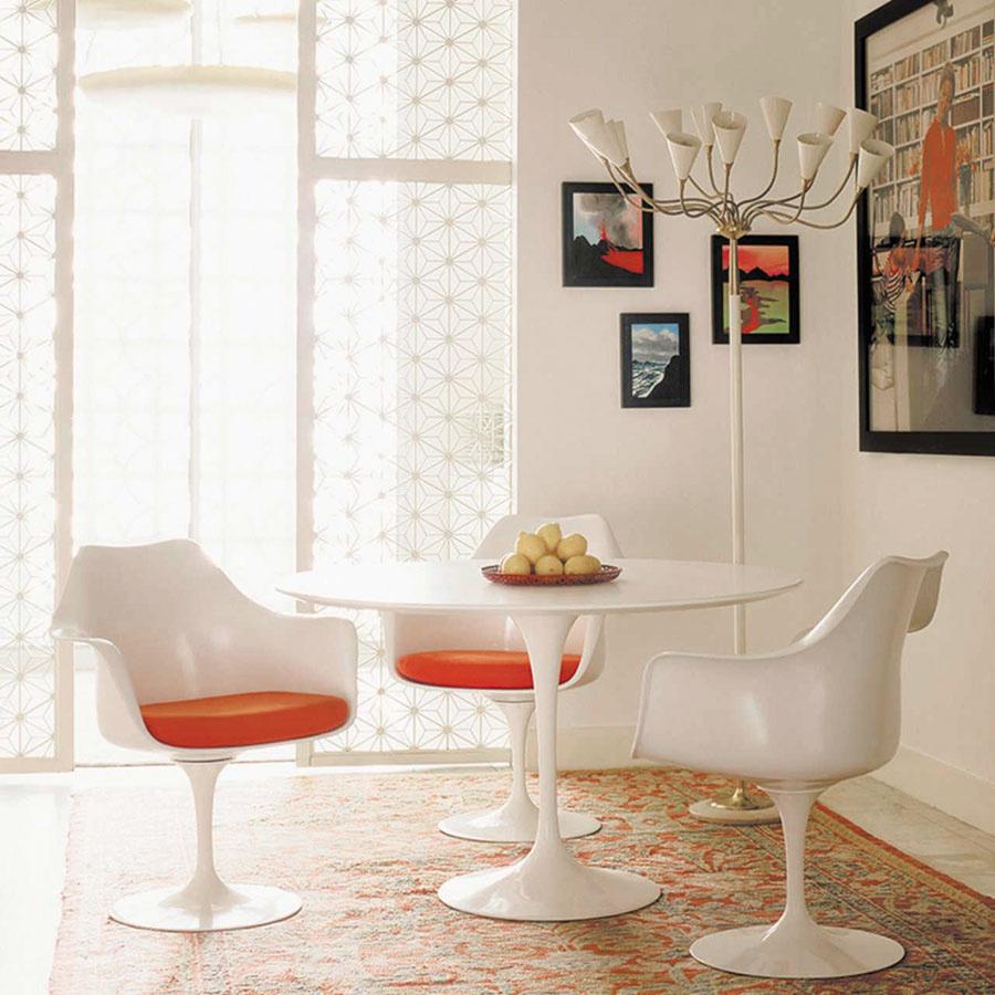 Neskoré 50. roky začali sprvými revolúciami materiálov, tvarov afarieb. Kreslom Tulip zroku 1957 chcel dizajnér Aero Saarinen eliminovať nudné štyri nohy stoličky. Vytvoril kreslo, ktoré sa stalo jednou zikon novej éry dizajnu 20. storočia.