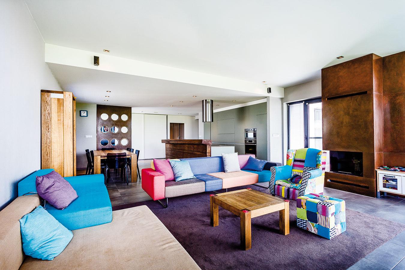 Obývacej časti dominuje farebná textilná sedačka s nápaditým kreslom, ktorého veselý dizajn odráža povahu rodiny. Domáca pani plánuje v blízkom čase dotvoriť interiér obrazmi.