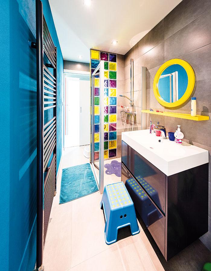 Detská kúpeľňa jasne ukazuje, kto je v tejto miestnosti doma. Hravá farebnosť doplnkov a pestrá sklobetónová zástena  deťom spríjemňuje kúpaciu rutinu.