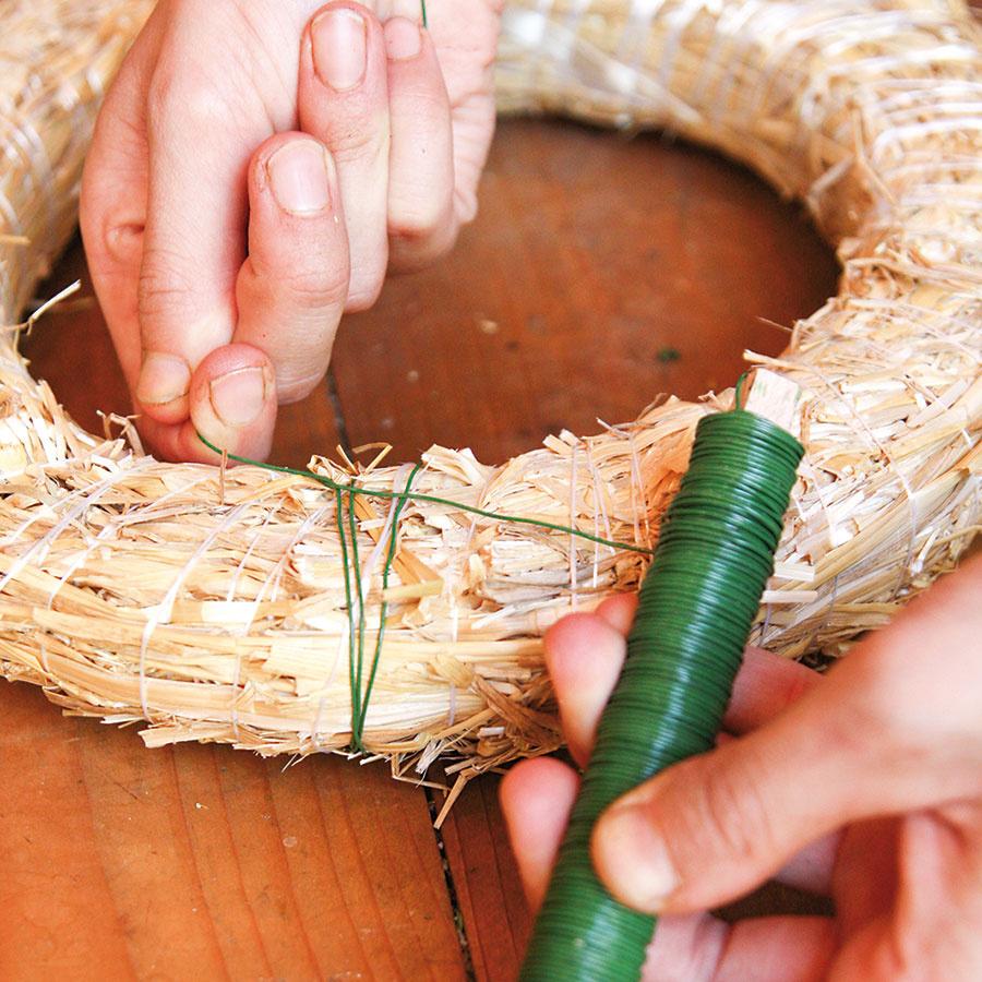 Okolo slameného korpusu oviňte jeden raz drôt zo závitnice ana jeho zadnej (rovnej) strane spravte uzol.