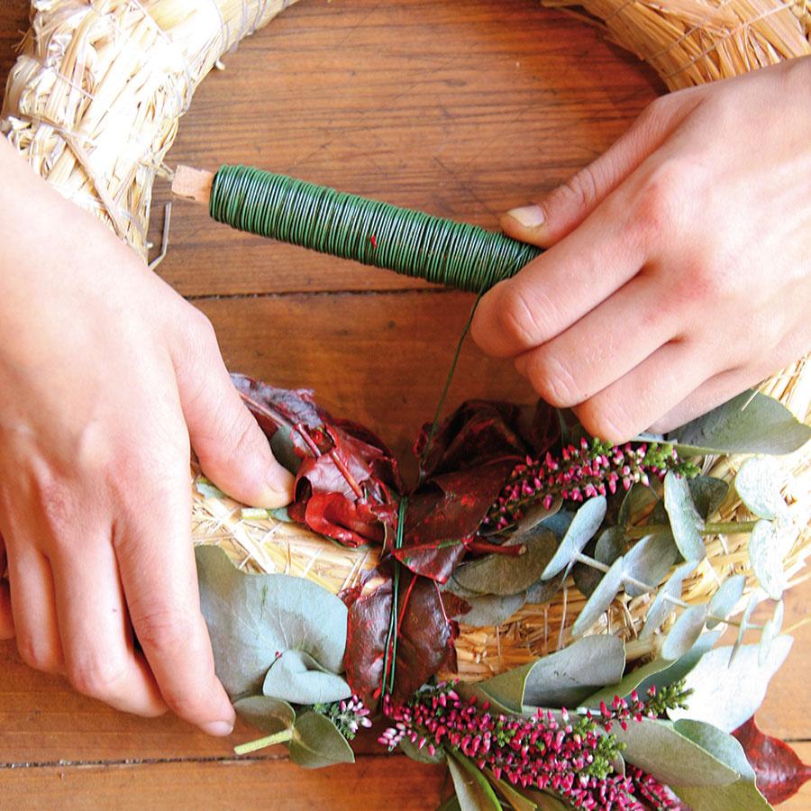 Zrastlín si vytvorte malé zmiešané viazaničky, ktoré postupne prikladajte na korpus. Každú viazaničku oviňte drôtom, aby držala na svojom mieste.