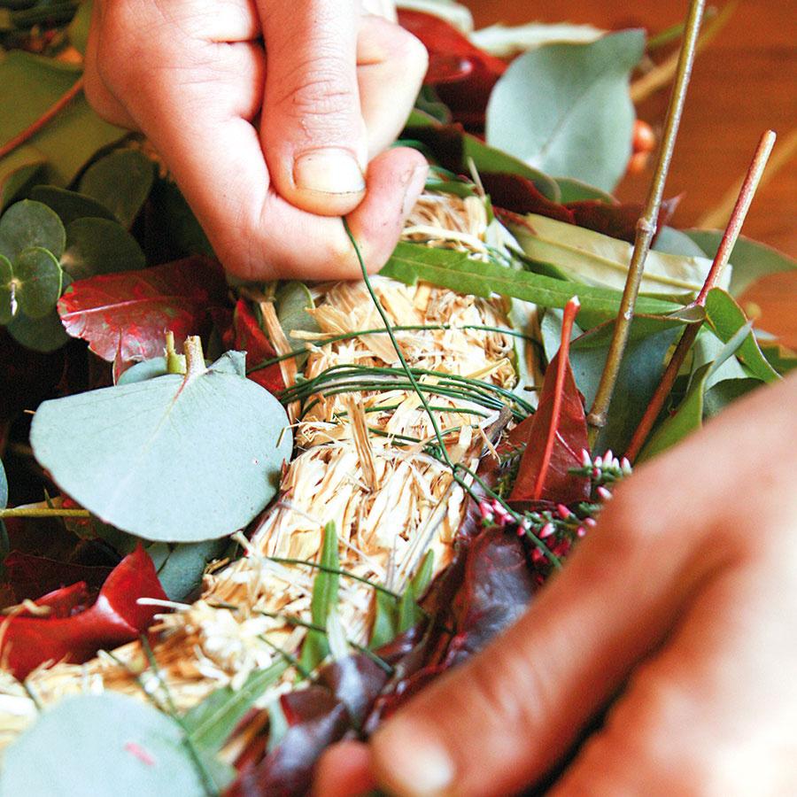 Keď pokryjete celý veniec, napojte sa na vytŕčajúci drôt aspravte uzol.