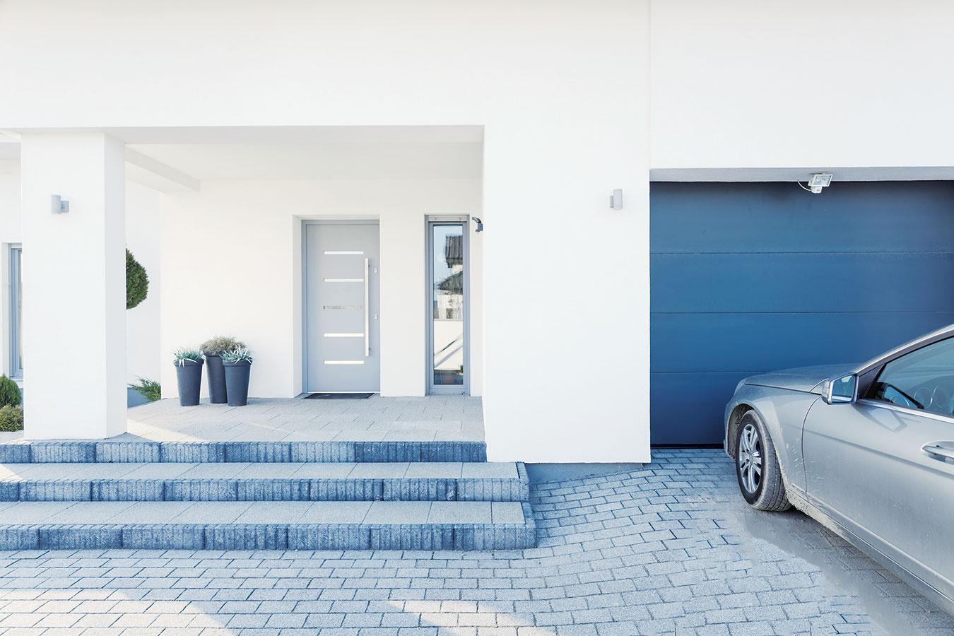 Vtesnom susedstve. Garáže sú obvykle súčasťou uličnej fasády, dôležitá je preto aj estetická stránka azladenie sdomom. Zintegrovanej garáže zrealizovanej vsúlade so stavebnými predpismi by nemali prenikať benzínové výpary do domu, aj tak sa však odporúča, aby nesusedila sobývačkou či spálňou.
