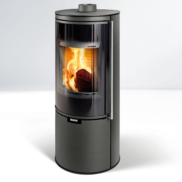 Kozubové kachle Toledo na drevo alebo hnedouhoľné brikety predstavujú ďalší spôsob, ako ohriať interiér (nominálny výkon 7,5 kW, účinnosť 84 %, priemer dymového hrdla 150 mm, rozmery 1 260 × 535 × 454 mm, www.thorma.sk).