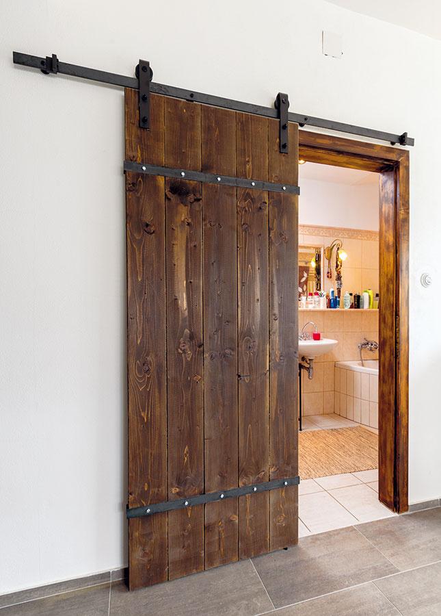 POSUVNÉ DREVENÉ dvere na kúpeľni, toalete akomore sú Petrovým dielom. Drevené dosky od stolára spevnil oceľovou pásovinou. Potom podľa vzoru zahraničného závesného systému upevneného nad vstupom do kúpeľne zhotovil posuny ďalších dverí.