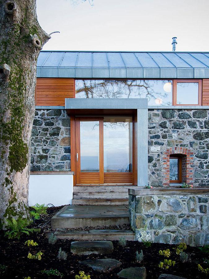 Chátrajúcu stodolu premenili na priestranný rodinný dom