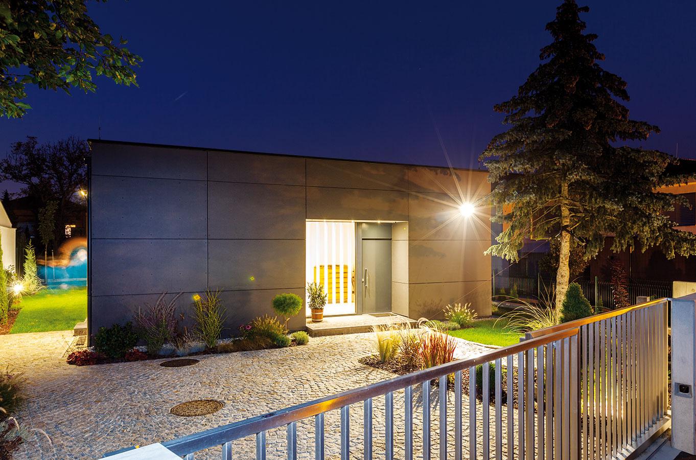 Minimum. Pri pohľade z ulice jednoduchý dom o sebe takmer nič neprezrádza. Rodina chcela pohodlne bývať, nepotrebovali garáž, a keďže pri dome je len minimálna, jednoduchá záhrada, vystačia si s malým skladom, ktorý však nie je samostatnou stavbou, ale tvorí súčasť domu.