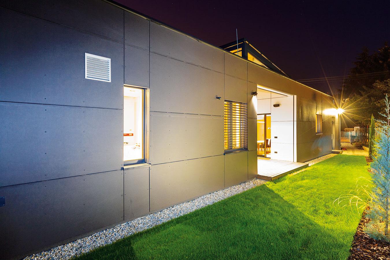 Jednoducho a účelne. Jednoduchým domom architekt optimálne využil možnosti parcely a splnil všetky požiadavky majiteľov. Vďaka átriu získali aj v stiesnených podmienkach príjemný exteriérový priestor s dostatkom intimity.