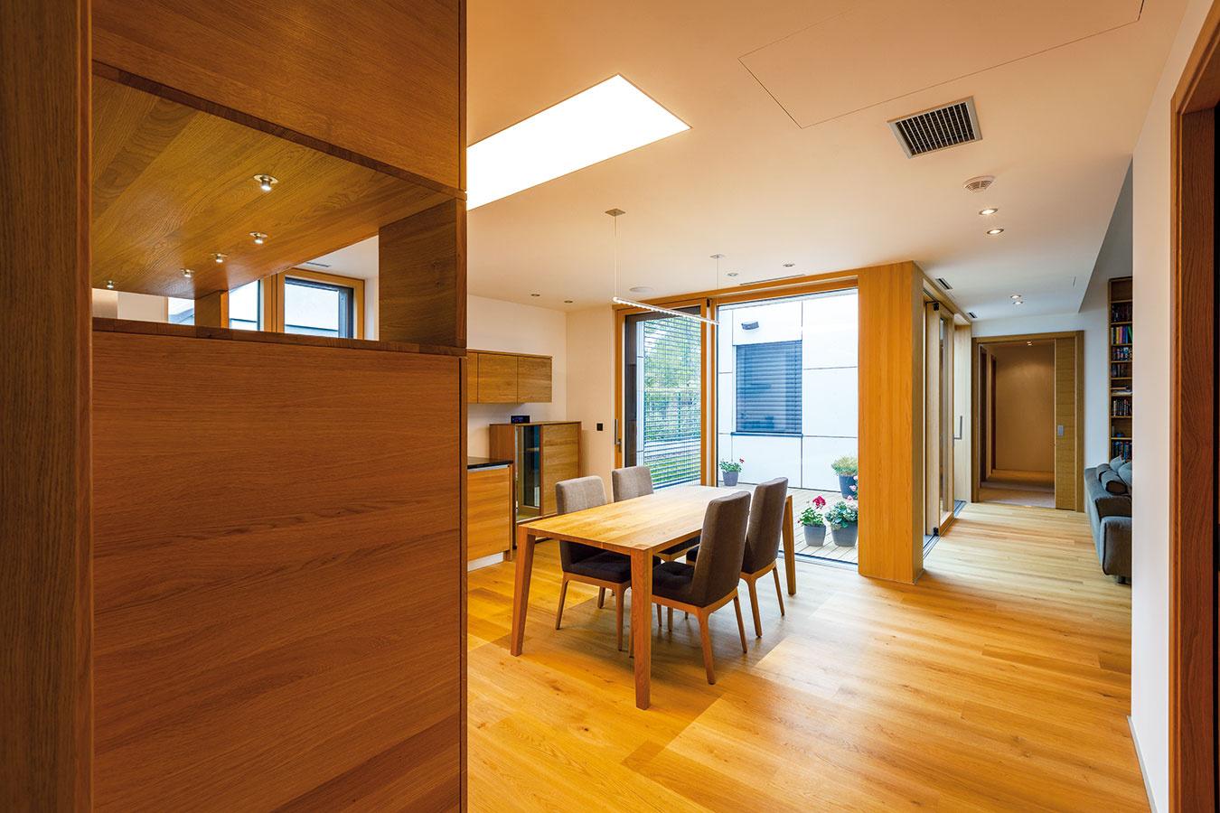 Priestor, ktorý plynie. Prosté, elegantné zariadenie, príjemné, kvalitné materiály, veľkorysé zasklenia – výsledkom je interiérový priestor, ktorý aj vďaka átriu voľne plynie.