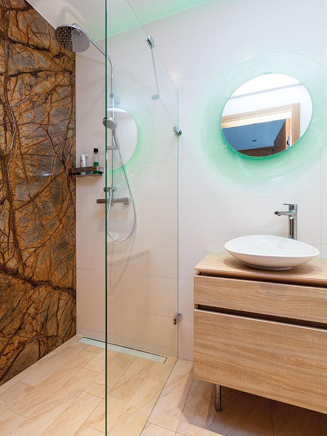 Interiér je, rovnako ako exteriér, postavený na jednoduchosti, praktickosti a detailoch. Efektným oživením hosťovskej kúpeľne je jednoliata mramorová stena.