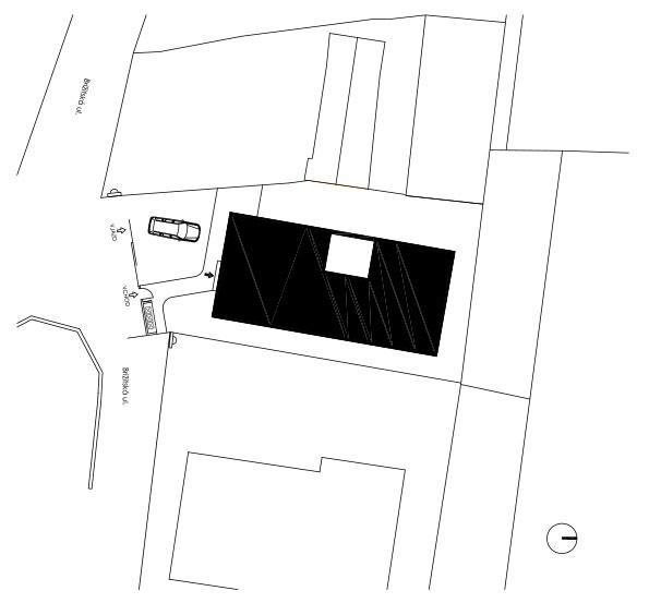 Situácia Úzka parcela bola vtesnaná medzi dva pozemky s už existujúcou zástavbou.