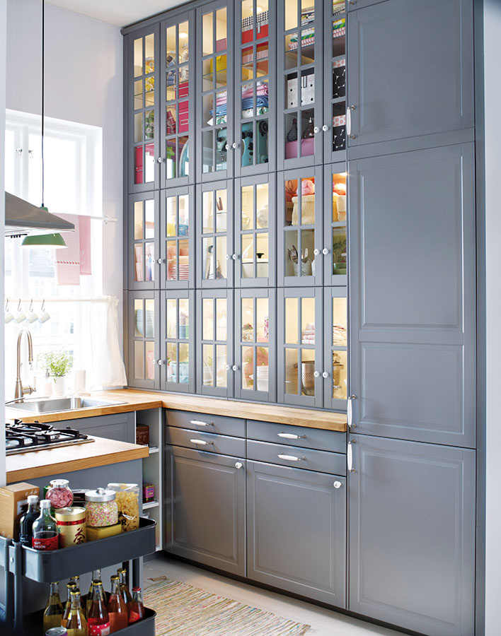 Malé kuchyne skrývajú dostatok priestoru, len sa treba dobre porozhliadať navôkol. Čo tak potiahnuť SKRINKY AŽ PO STROP? Vnajhornejších policiach môžete skladovať kuchynských pomocníkov, ktorých až tak často nevyužívate. Takisto sa pozrite nad dvere. Nehodila by sa tam polička? Ak sa obávate, že znejakého dôvodu nebudete stíhať mať vskrinkách ukážkový poriadok, lepším variantom bude mliečne sklo alebo tzv. dubová kôra.