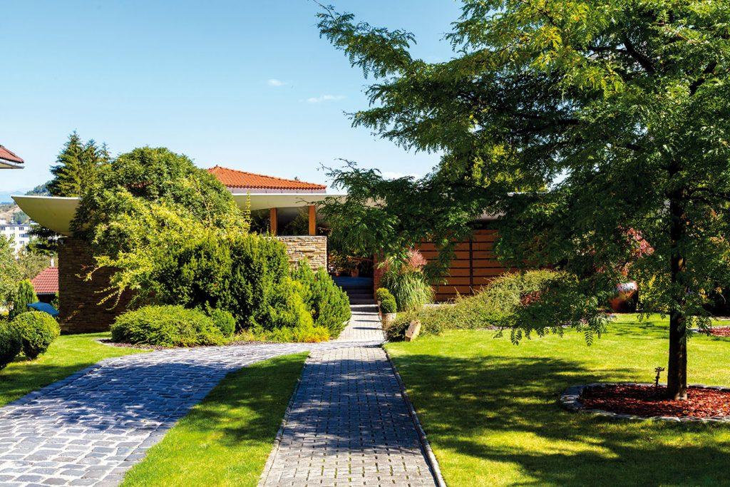 Majiteľ sa neuspokojil s katalógovým domom a nechal si navrhnúť dom ako žardiniéru