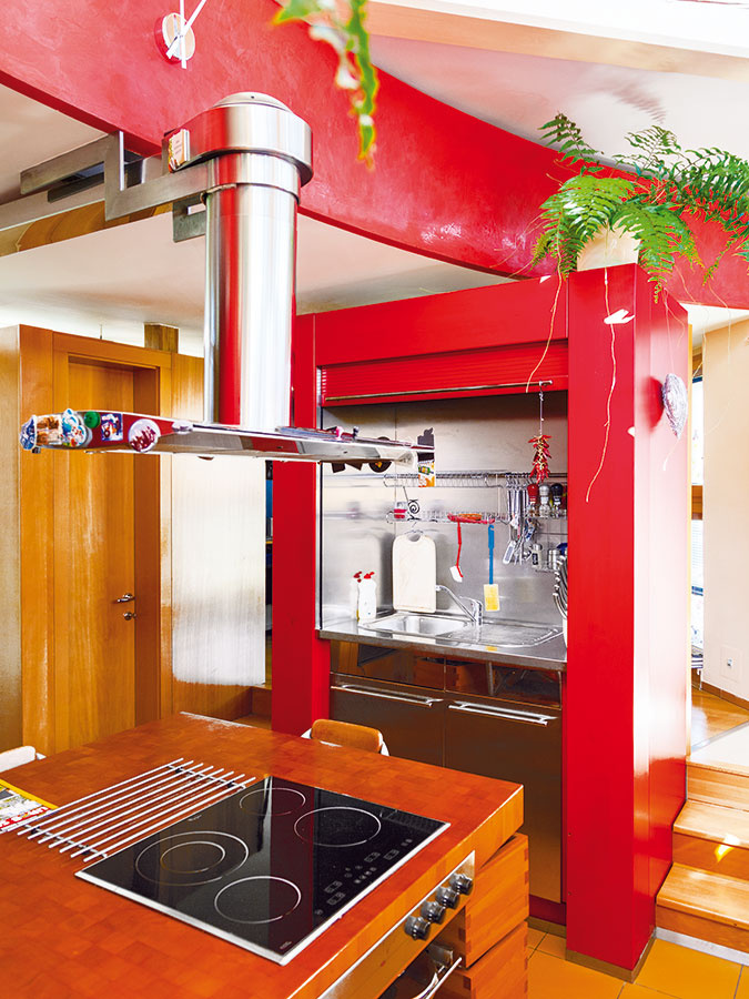 """Premyslená kuchyňa má vychytávky typu obojstranne vyťahovacích zásuviek, """"šuflíkových nôh"""" na jedálenskom stole, odklápacích schodiskových stupňov súložným priestorom, umývačky riadu sroletou, ktorá všetko skryje."""