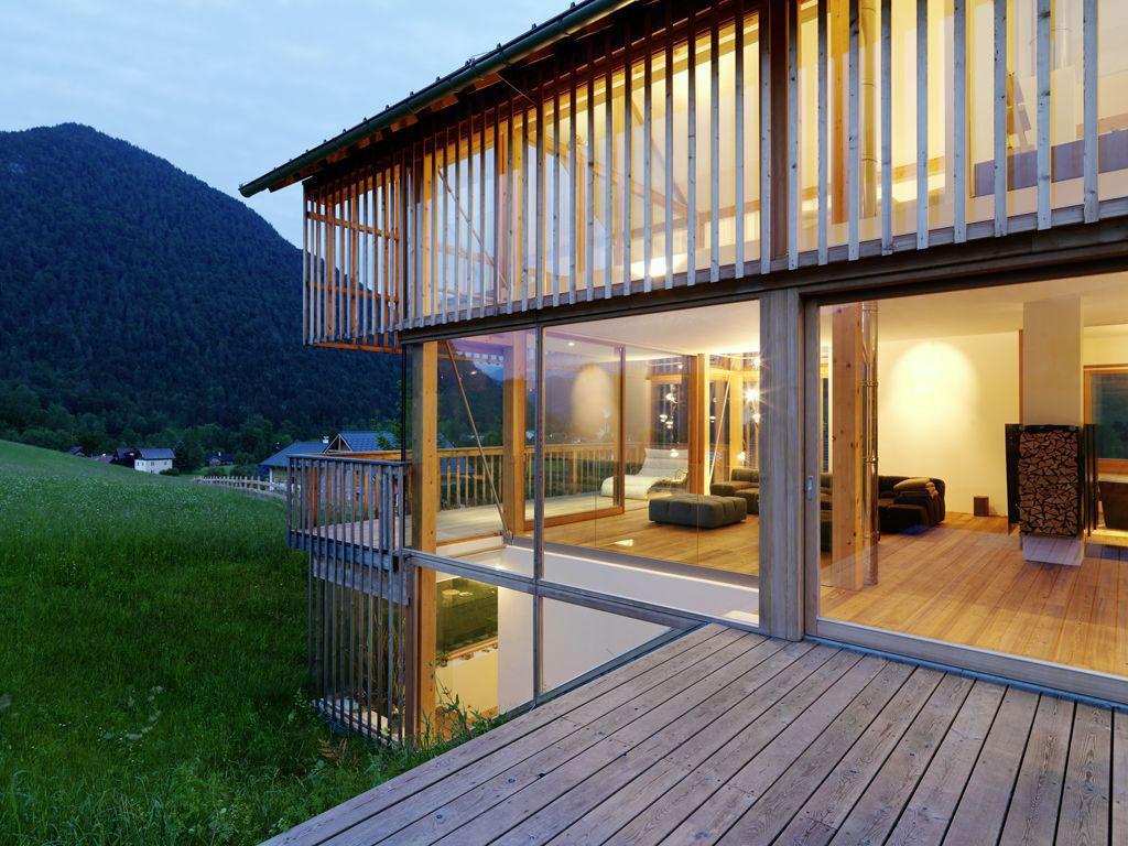 Nádherné rodinné bývanie na rakúskom vidieku plné dreva a skla