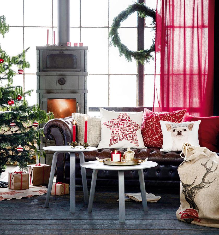 Obliečky atextílie. Vymeniť bežné vankúšiky za vianočné je vždy jednoduchý nápad s veľkým efektom. Červenú vianočnú kolekciu textílií hľadajte na www.hm.sk alebo v H&M Home, Eurovea.