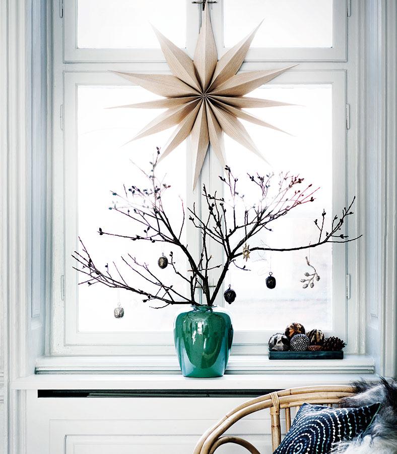 Vyzdobené vázy s prútím doplnia alebo nahradia vianočný stromček. Ak ich navyše umiestnite do okien, vnesiete atmosféru aj do ulice či do dvora.