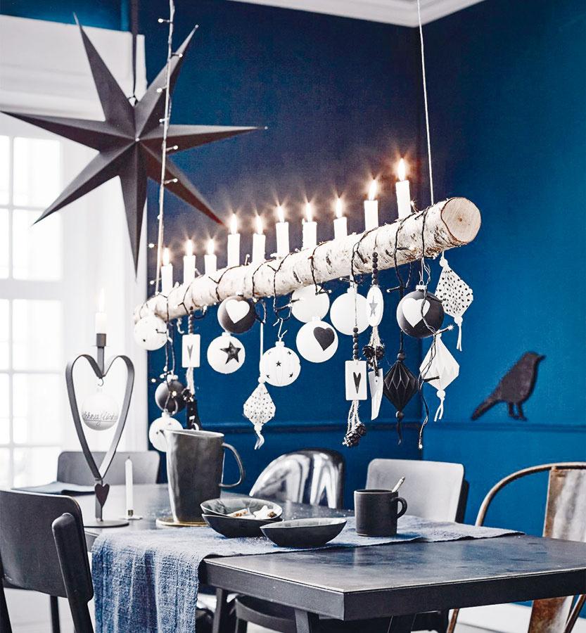 Závesný svietnik nad stôl z vetvy stromu je vhodný na osvetlenie aj zavesenie vianočných ozdôb. Objednať ho možno na www.impressionen.de.