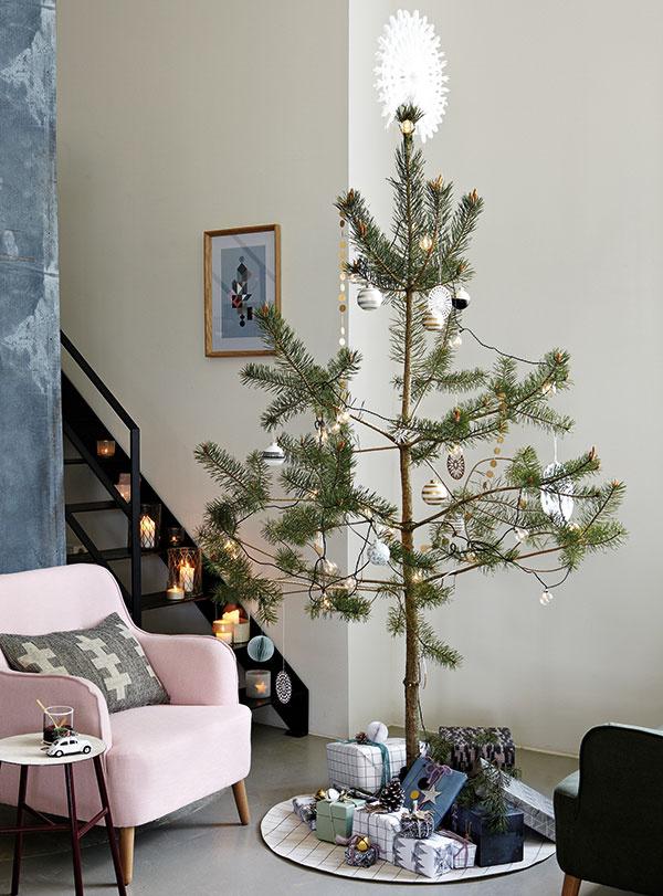 Minimalistické stromčeky vyzdobené len papierovou a svetelnou reťazou a niekoľkými guľami sú ikonou elegantných Vianoc bez gýča. Ozdoby značky House Doctor hľadajte na www.bellarose.sk.