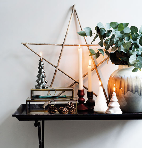 Zátišia zo svietnikov, váz a prírodnín môžu byť súčasťou každej miestnosti. Stačí jeden výrazný doplnok ako veľká hviezda z halúzok a celý aranžmán dostane šmrnc.