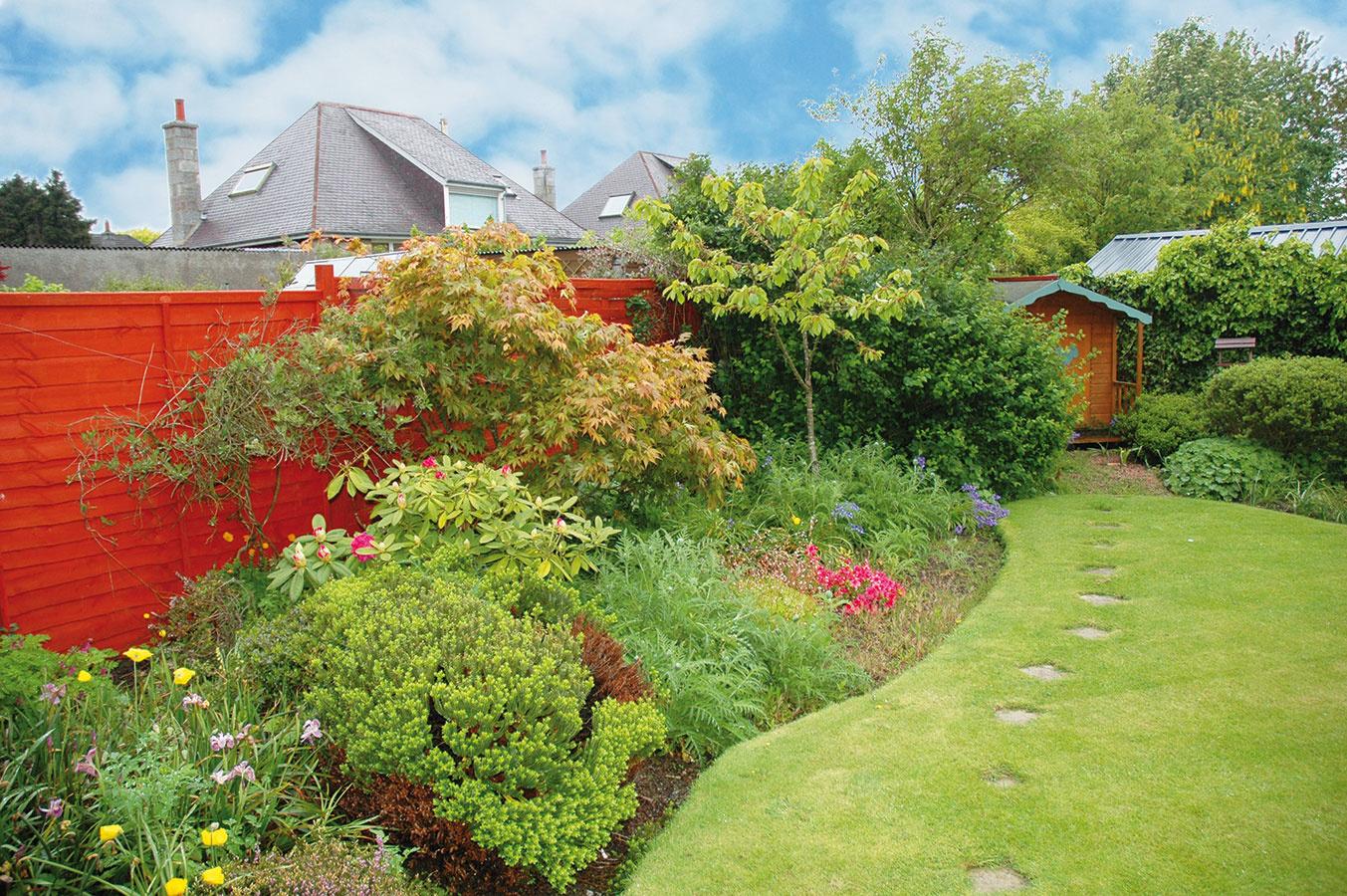 Koniec záhrady je zvyčajne miesto, kde sa umiestňuje záhradný domček. Aj tu by mal byť aspoň čiastočne maskovaný azároveň pohodlne prístupný. Vtomto prípade je výrazným pútačom práve plot, ktorý je súčasne aj kulisou pre zeleň. Aj takýmto spôsobom možno odvrátiť pozornosť od tých záhradných partií, ktoré nie príliš lahodia oku – stačí zvýrazniť iný prvok.
