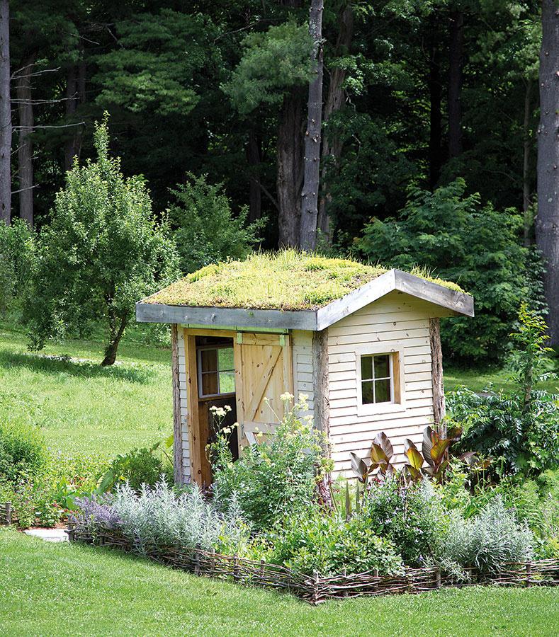 Ak je záhradný domček postavený na slnečnom mieste, vjeho okolí sú ideálne podmienky na vytvorenie voňavých bylinkových záhonov, ktoré sa dajú kombinovať sväčšinou trvaliek, dokonca aj sružami. Pravidelným strihaním byliniek podporíte ich atraktívny vzhľad. Bylinky možno vysádzať ešte aj skoro na jeseň.