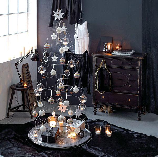 Vianočný duch. Kovová struna s50drevenými štipcami zaujme predovšetkým štýlových minimalistov. Výška stromčeka je 200 cm, priemer 120 cm, predáva www.impressionen.de.