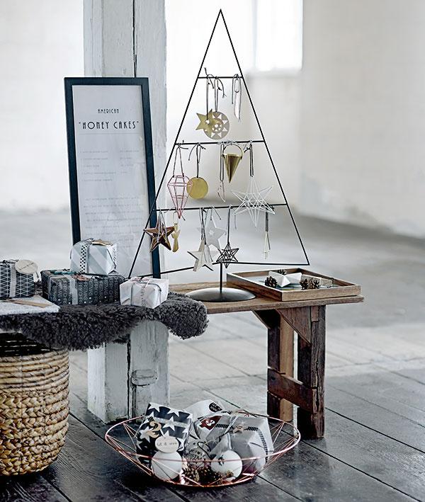 Vprípade malých bytov príde vhod alternatíva vpodobe kovového stojana vtvare štylizovaného ihličnana. Včiernej amedenej podobe je dostupný na www.bloomingville.com