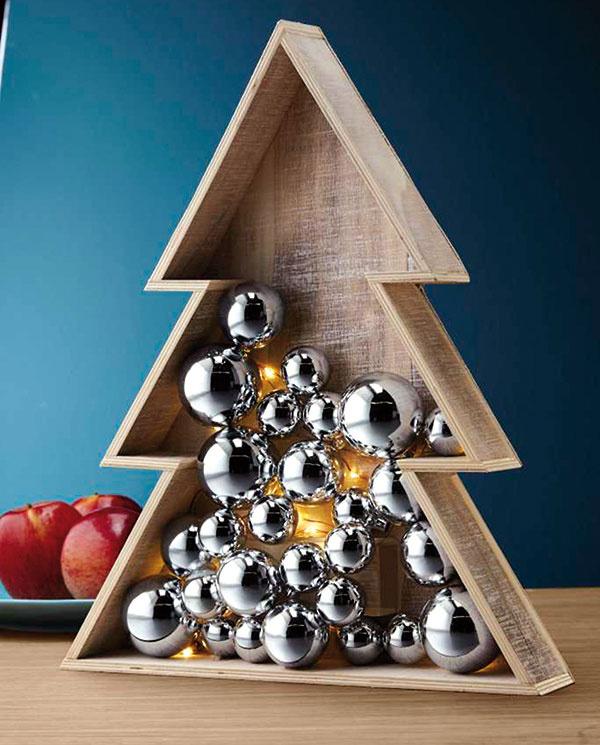 """Nápad """"debničky sozdobami"""" sa uchytil ako doplnok klasického vianočného stromčeka. Spolu sozdobami aLED osvetlením je súčasťou vianočnej kolekcie Tchibo."""