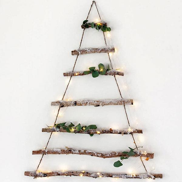 Krása jednoduchosti stelesnená vniekoľkých konárikoch, lanku asvetielkach. Závesný prírodný stromček možno vyrobiť doma alebo objednať na www.notonthehighstreet.com.