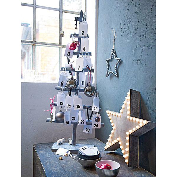 Zložený zdrevených konárikov natretých sivou farbou môže tento stojan poslúžiť aj ako adventný kalendár. Spolu so štýlovými ozdobami je súčasťou ponuky www.impressionen.de.