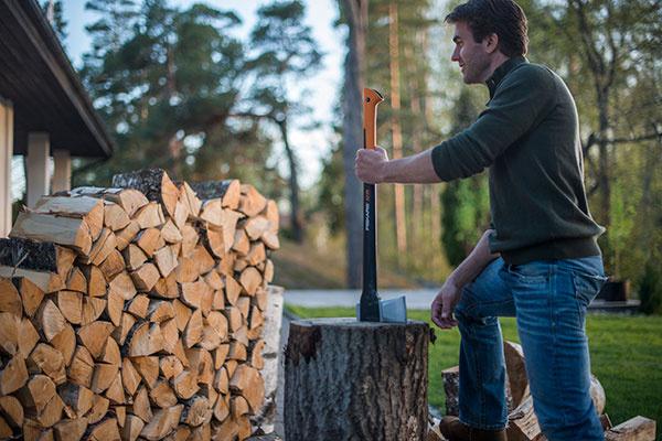 Každý muž, ktorý pracuje s drevom, ocení kvalitnú sekeru, s ktorou urobí viac práce s menšou námahou. Fiskars ponúka najširší sortiment sekier pre malých i veľkých, skúsených i začiatočníkov. Najnovším prírastkom je univerzálny model X21, výborný pre štiepanie malých i veľkých polien.