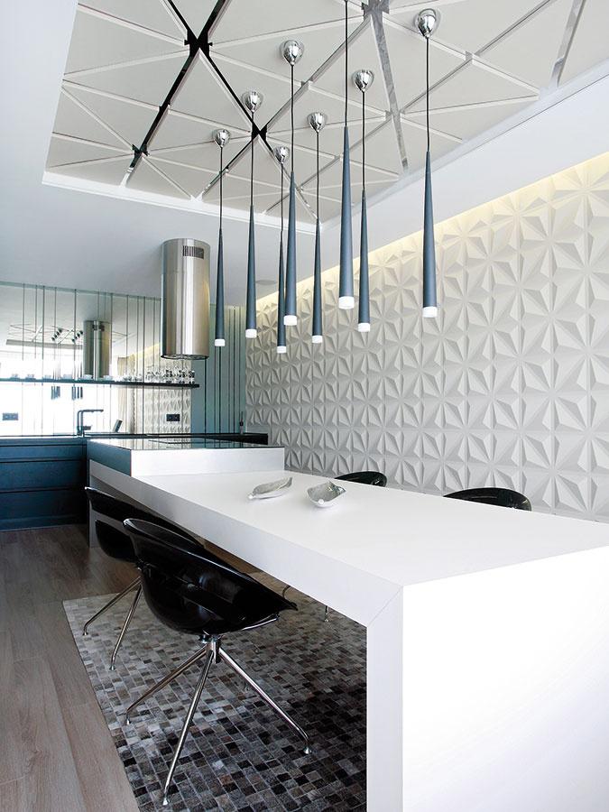Kuchynská linka so zrkadlovou zástenou priestor opticky presvetľuje, ale aj zväčšuje. Čierna farba vbyte elegantne kontrastuje sjemnými farebnými tónmi.