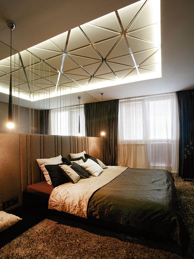 Dizajn spálne je oproti zvyšku bytu ostupeň tmavší. Materiály aj prvky sa opakujú, farebnosť je však tlmenejšia.