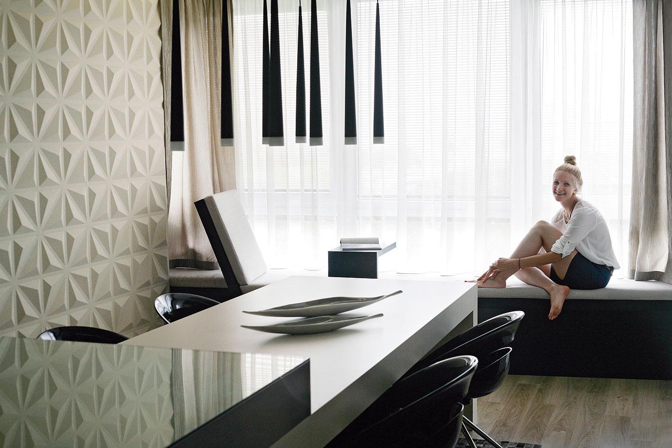 Sedenie pod oknom je pracovným kútikom, no zároveň aj elegantným oddychovým miestom svýhľadom na mesto.